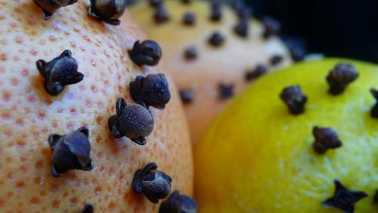 olejki cytrusowa łączą się z goździkowym