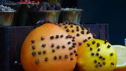 cytrusowa kula z goździkami nazywa się pomader