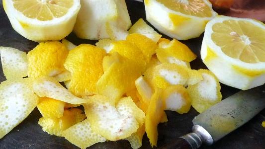 olejek cytrynowy kroję skórki cytryny